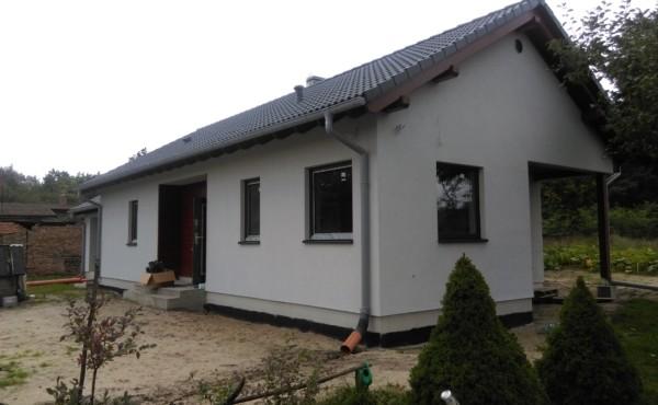 Parterowy dom z garażem.