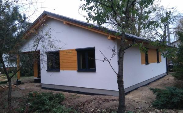 Parterowy dom z garażem jednostanowiskowym.