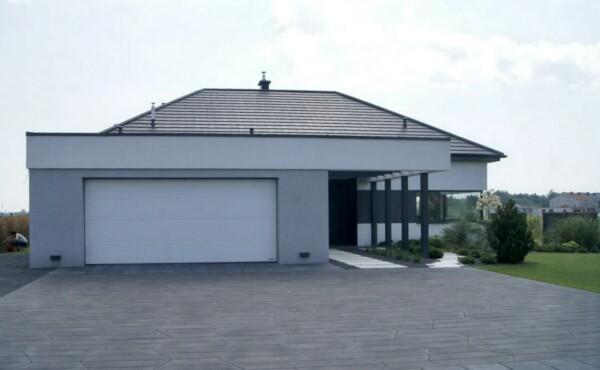 Nowoczesny, parterowy dom z garażem dwustanowiskowym.