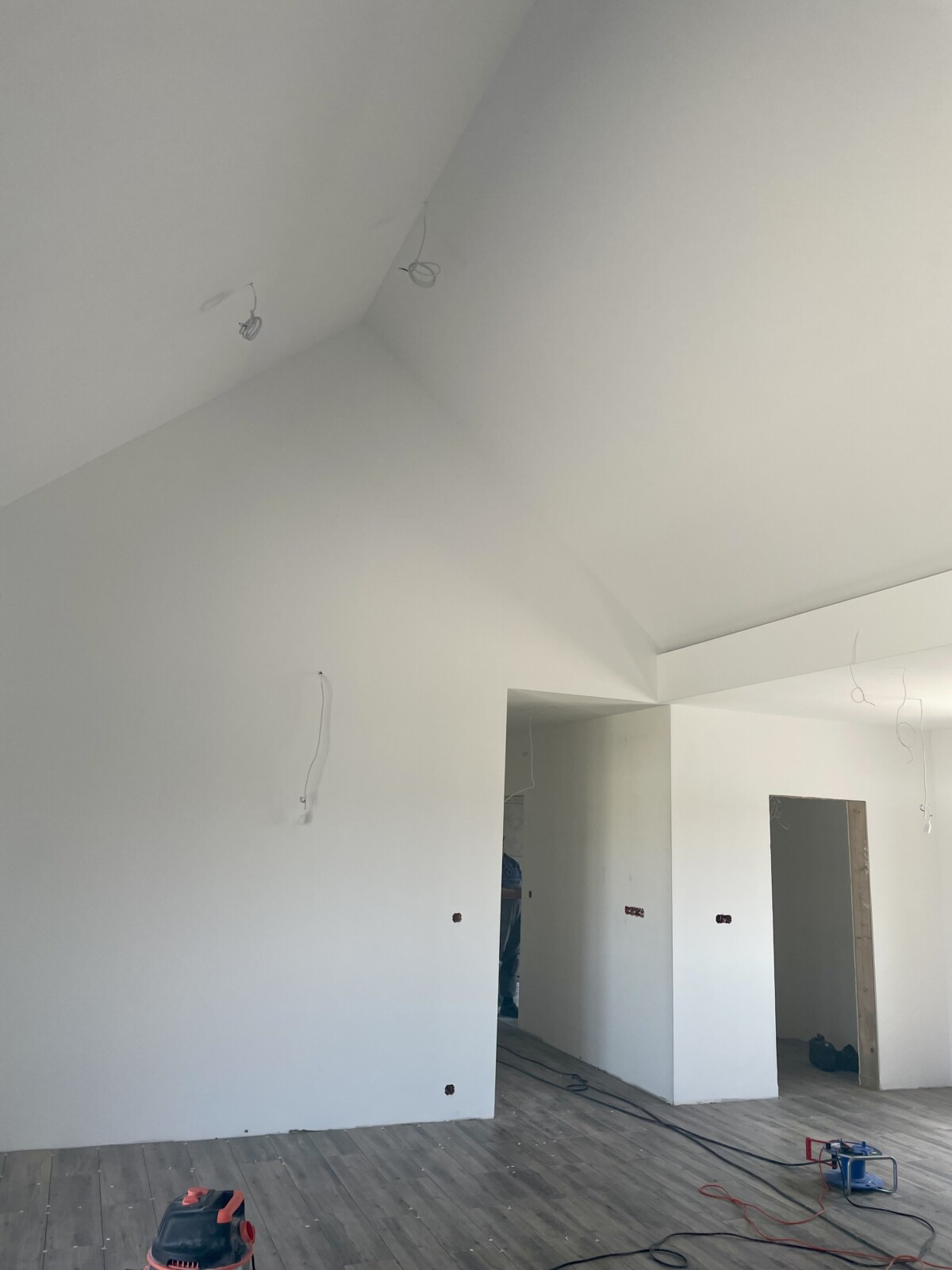 Domikon - Parterowy dom z otwartą przestrzenią nad salonem.